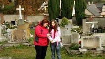 Alýš s Delegací mezi podzimně roztančenými hroby na peckovním hřbitově.