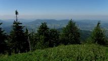 Výhled z Lysé hory k západu na Smrk, Radhošť a Ondřejník.