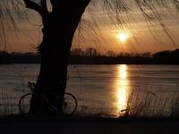 Západ slunce na hrázi rybníka Bezruče v Jistebníku.