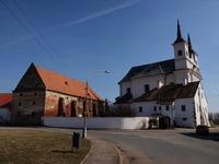 Pohled z Drnholecké návsi na kostel.