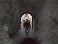 Troštičku tajemný kolega Honza Vladyka ve skalním průchodu mezi nádvořími.
