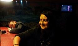 Janička v nočním baru v NjůBí.
